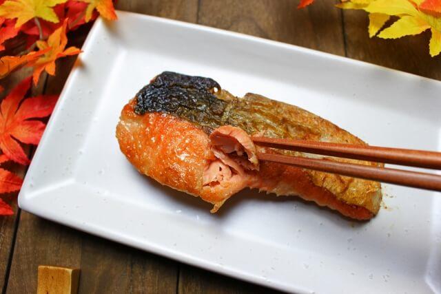 鮭の塩焼きからアスタキサンチンを摂取する場合は塩分などにも注意が必要