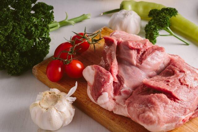 クレアチンを含む肉や魚を多量に摂取することでクレアチンの効果が存分に発揮されないことがある