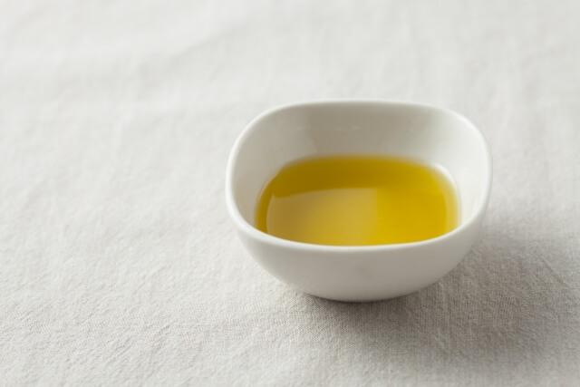 未精製のオーガニックホホバオイルは美しい黄金色や独特の香りが特徴的で栄養も豊富