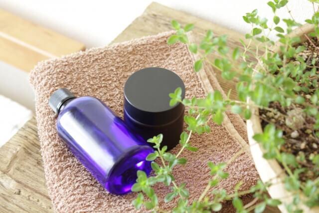 肌の刺激となり得る化学的な農薬や肥料ではなく有機的な肥料だけで栽培された原料が使われているものがオーガニック化粧品
