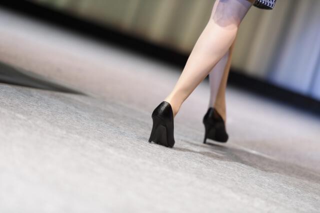 長時間靴を履くときに靴と足間に摩擦が生じて負傷することを靴擦れという