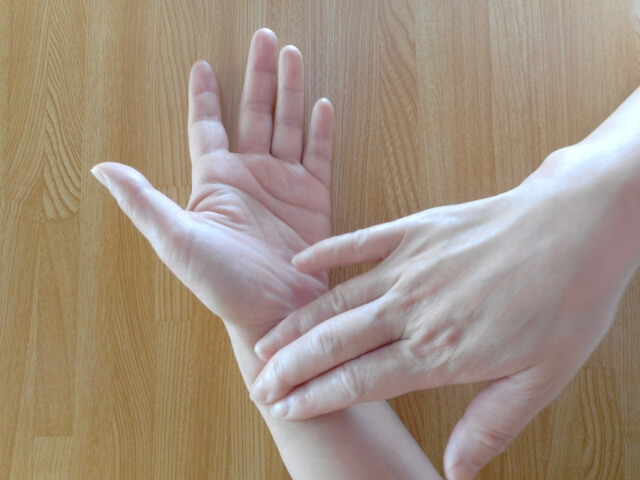 痙攣している手