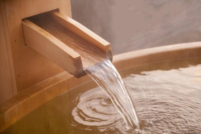 温泉水はミネラルが豊富で保湿力も高い
