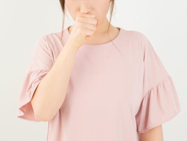 痰や咳をしている女性