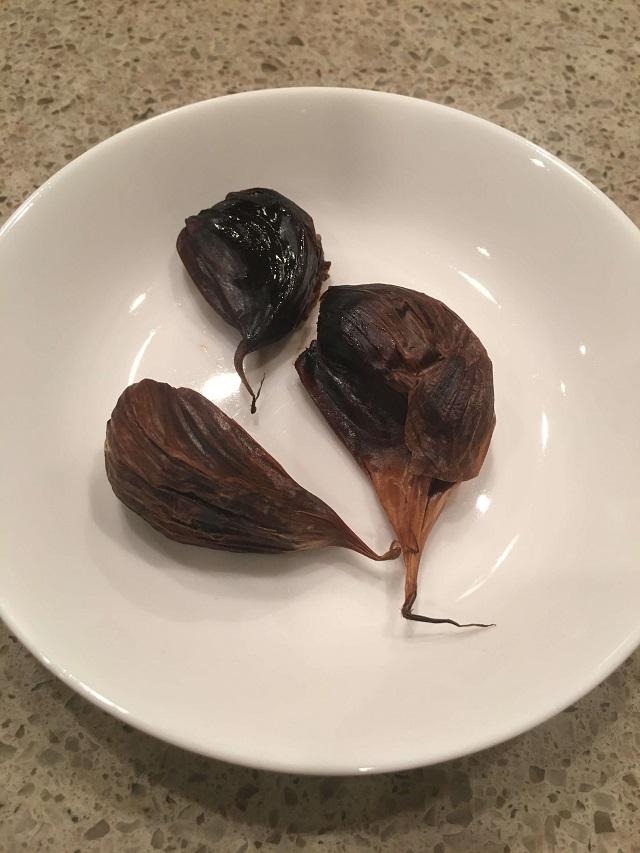 松尾農園の熟成発酵黒にんにくの実物・大きさや色