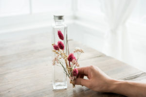 「長い角瓶・容器」の大きさに合わせてひとつひとつの長さを確認しながら「花材」をカットします